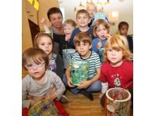 Erzieherin Jutta Linzner freut sich mit den Kindern der Mondgruppe der Hephata-Kita über die gebastelten Laternen.