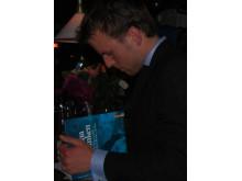 Fredrik Weibull signerar boken Träna tanken - en bok om mentala föreställningar i idrotten