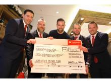 Bild 1_Übergabe des Spendenschecks an die Christoph Metzelder Stiftung.