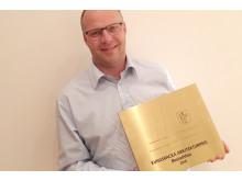 Örjan Jonsson, projektchef Derome Mark & Bostad fick ta emot Kungsbackas arkitekturpris.