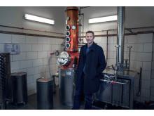 Ståle Johnsen har investert i et stort destillasjonsapparat i kobber