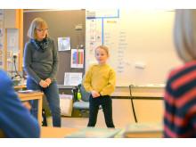 Signe håller föredrag för klassen på Ingaredsskolan. Läraren Christina Jacobson lyssnar intresserat.