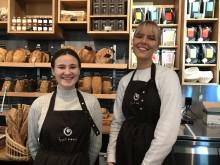 Hedvig og Sigrid står klare til å servere nybakte fristelser i Åpent Bakeri på Tjuvholmen.