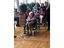 Kørestol er ingen hindring for at slå til fastelavnstønden