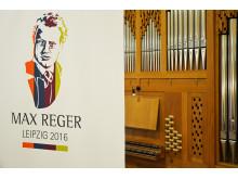 """Logo """"Max Reger Festjahr 2016"""" vor der Orgel im Kammermusiksaal der HMT Leipzig"""