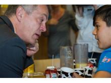 NRW-Minister Johannes Remmel im Gespräch mit einem Schüler