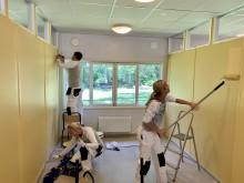 Nordsjö-anställda målar om matsalen hos Stiftelsen Malmö Sommargårdar.