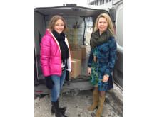 Miljöchef Maria Gelin (th) och Gabriella Ludvigsson, gruppchef för luft- och miljöanalys på Sweco, lastar in lådorna med de pärmar som ansökan består av i budbilen.