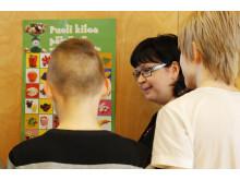 Tuula Vimpeli esittelee Kissamaan koululaisille kasviksia ja hedelmiä, joita lasten pitäisi syödä vähintään 300 grammaa päivässä