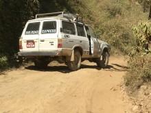 Im Jeep auf dem Weg zum Dorf
