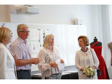 Ordfører Fabian Stang og Dronning Sonja ble imponert over elevenes kunstneriske ferdigheter på Edvard Munch videregående.