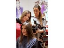 Ragnhild Strøm ordner håret til bloggeren StyleConnection