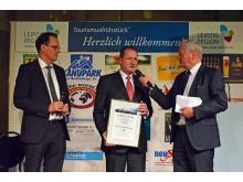 Dr. Harald Langenfeld, Vorstandsvorsitzender der Sparkasse Leipzig und Repräsentant des 100. Deutschen Katholikentages Leipzig e.V., nimmt die Auszeichnung für den 2. Platz entgegen