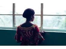 Kvinnan på bilden blev våldtagen i sitt hem av väpnade män, hennes lillasyster och svägerska utsattes också för en våldtäkt.