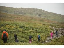 Systrar i bergen vandrar i Meindl i sommar