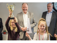 Julia och Agnes från Pilgrimsskolan tar emot Lilla säkerhetspriset av MTR Nordics VD Peter Viinapuu. (Högupplöst)