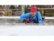 Sjöräddaren Jonas Ettemo utbildar i issäkerhet