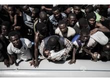 Flyktingar ombord på Läkare Utan Gränsers räddningsfartyg Bourbon Argos.