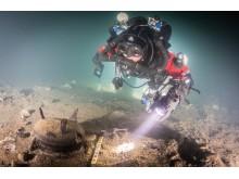 Dykare undersöker föremål från skreppsvraket Mars.