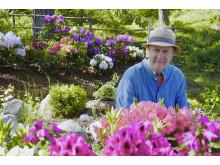 Konstnär Björn Wessman i sin trädgård.