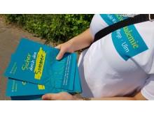 Die angehenden Kinderpfleger verteilten Flyer mit Tipps wie man Kinder im Sommer schützen kann
