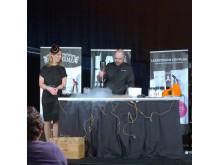 Lina Skandevall och Douglas Spiik på festivalscenen