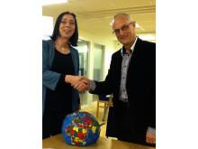 Avtalet signeras av Catharina Dyrssen, prefekt Chalmers Arkitektur och Michael Ekberg, regionchef Riksbyggen