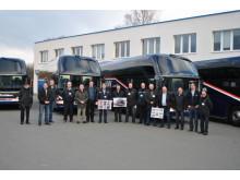 En hel delegation fra Abildskou, med Jess Abildskou i spidsen (i midten), var klar til at overtage de nye busser