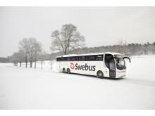 Swebus buss i vinterlandskap