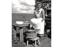 Osttillverkning på fäbodvall. Källvallens fäbod i Jämtland 1943. Fotograf: Karl Heinz Hernried