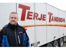Audun Tandberg i Terje Tandberg Transport sier at de opplever å bli presset av veien på nesten hver tur. Nå skal de montere dashcam i alle bilene, og Tandberg etterlyser bedre opplæring av sjåfører som skal kjøre i Norge. Foto: Jan Harry Svendsen