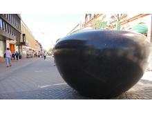 En av urnorna vid korsningen Storgatan/Kungsgatan.