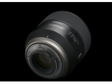 Tamron SP 85mmF/1,8 Di VC USD, snett bakifrån med svart bakgrund