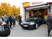 Forbrukerminister Solveig Horne tok første vask etter åpningen av Norges første svanemerkede bilvaskehall