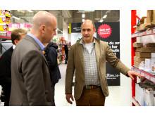 Tomas Kull visar Fredrik Reinfeldt det automatiserade plocket på MatHem.se