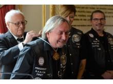 """Claus Niedermaier erhält die Goldmedaille am Bande vom """"Grand Prix Humanitaire de France"""""""