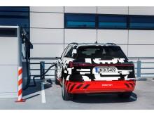 Audi e-tron prototype oplades ved ladestander i Berlin