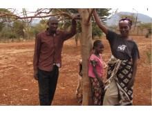 Justice och Esther vid sitt Moringaträd