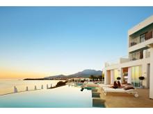 Nogle af terrasselejlighederne på Kreta deles med naboen og for at sikre udsigten, er mange pools bygget som såkaldte infinity-pools.