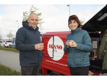 Greves borgmester Pernille Beckmann og Rene Brandt fra Ikano Bolig får kaffe ved første spadestik