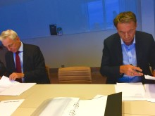 Signing of contract of the future hotell property at Stockholm Arlanda Airport, Karl Wistrand, VD på Swedavia Real Estate AB och Lars Wenaas, Wenaasgruppen AS.