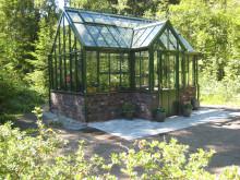 Växthus på Nesodden utanför Oslo med den Norska skogen som fond