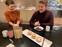 Student Idun Kløvstad og Marius Toresen testet ut blodpannekaker og cupcakes