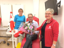 Ole Hansen West og Charlotte Mortensen, som tappede og formanden blomster og gaver
