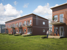 Illustration av gårdssida med balkonger/altaner samt gemensamma gräsytor, lägenheter i BoKlok Biodlaren, Göta.