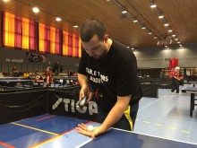 Martin Abrahamsson tränare för elit-gruppen tränar skruvar med en dect-telefon.