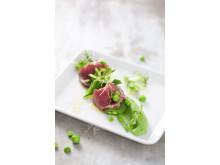 Sotad kalvrygg med broccoli, ärtor och krasse