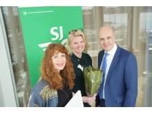 Camilla Lystrand och Gisela Carlén på White Arkitekter tar emot årets hållbarhetspris av Fredrik Reinfeldt