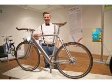 Geschäftsführer von Rotor, Sebastian Billhardt, mit einem nur knapp 14 Kilogram leichten E-Bike vom Hersteller Coboc GmbH & Co. KG/Deutschland