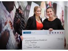 Elisabet Stahlenius från SOS Barnbyar tar emot check från GodEls Facebook-kampanj #vemfårmiljonen
